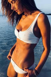 Im Feinripp-Zweiteiler ins Meer? Wieso nicht! Topmodel Alessandra Ambrosio kann die eher ungewöhnliche Bademode auf jeden Fall tragen.