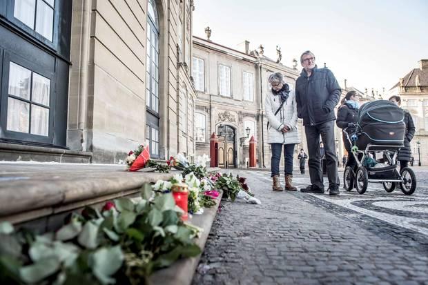 Auch vor dem Kopenhagener Schloss Amalienborg liegen Blumen und kleine Andenken.