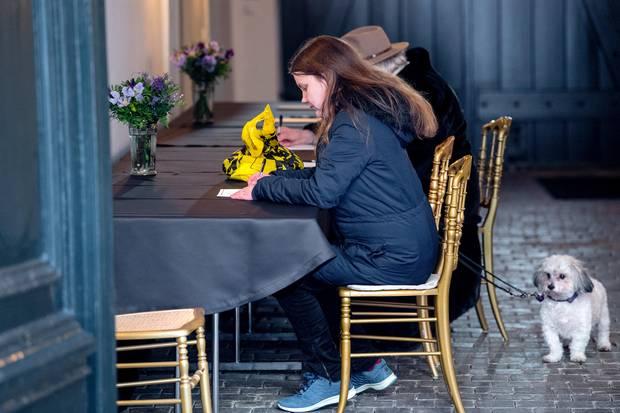 13. Februar 2018   Die Bürger können sich in Kondolenzlisten eintragen, die im Gelben Palast ausliegen.