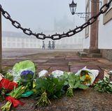 Vor Schloss Fredensborg haben Dänen schon am frühen Morgen Blumen niedergelegt.