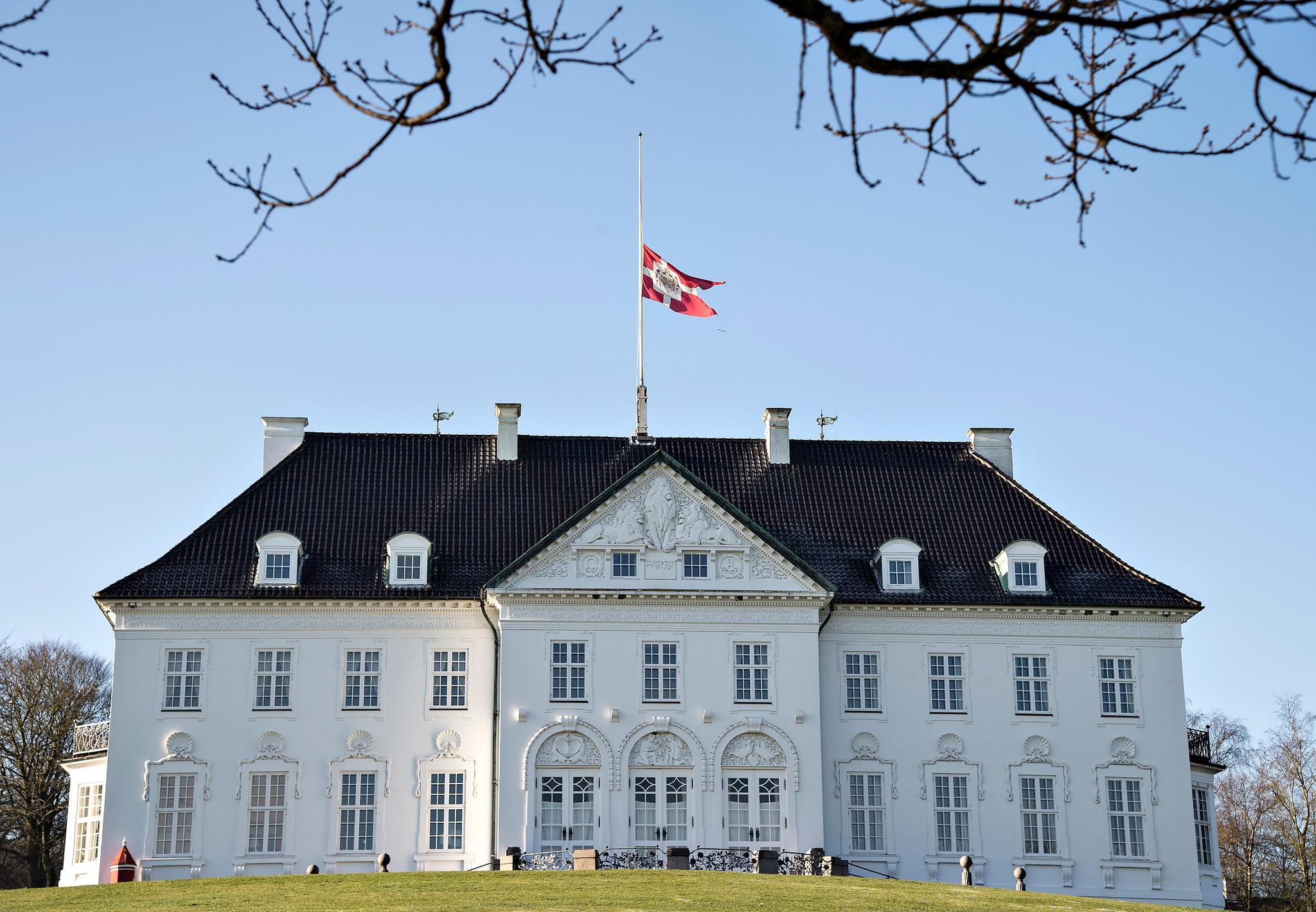 Auf den royalen Residenzen, wie hier auf Schloss Gråsten, und auf vielen öffentlichen Gebäuden wehen die Flaggen auf Halbmast.