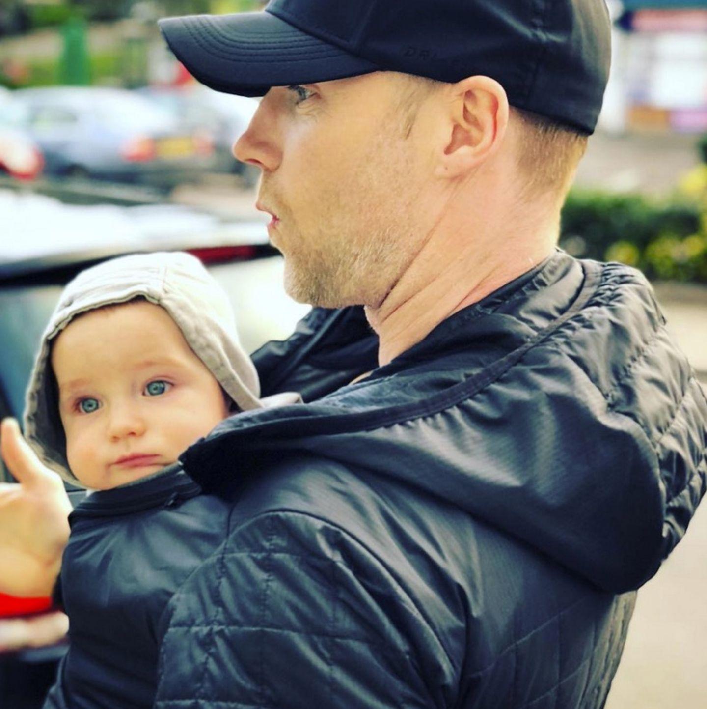 1. Februar 2018  Huch! Wer schaut denn da aus Papa Ronan Keating's Jacke hervor? Es ist der kleine Cooper!