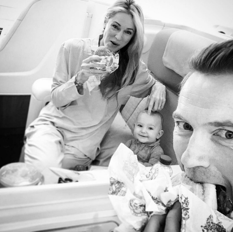 """9. Februar 2018  """" Burgers, Baby und ein großes Flugzeug"""" postet Storm Keating. Der kleine Cooper freut sich, während Stormy und Ronan ihre Burger genießen."""