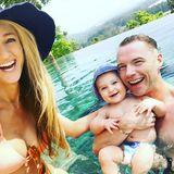 12. Februar 2018  Familie Keating verbringt gerade Urlaub in Thailand. Im Pool haben die Drei sichtlich Spaß.