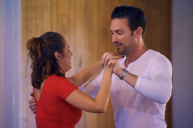 Janine Christin versucht, dem Bachelor beim Tanzen näher zu kommen