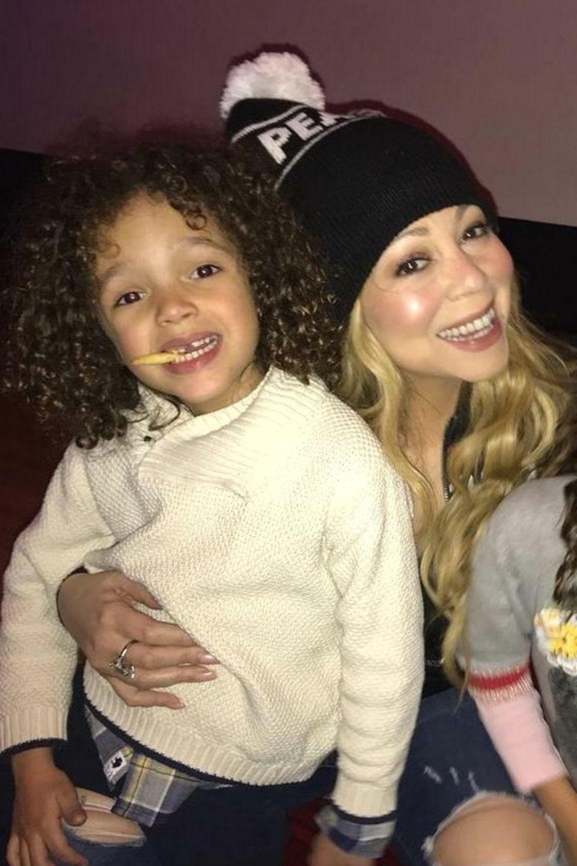 3. Februar 2018  Mariah Carey postet dieses Foto von sich und ihren Zwillingen Moroccan und Monroe. Die Drei verbringen den Freitagabend zusammen und haben sichtlich Spaß dabei.