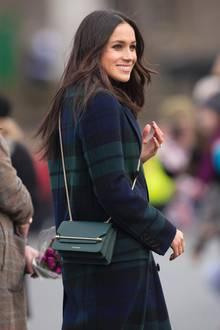Bei ihrem Termin in Edinburgh erscheint Meghan Markle mit einer Handtasche, die nur wenige Minuten später der Bestseller überhaupt ist. Alle wollen das hübsche Accessoire von Strathberry haben, im Online-Shop ist es blitzschnell vergriffen. Das kommt uns doch ziemlich bekannt vor...