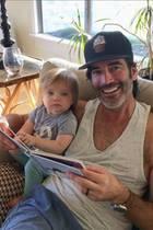 """15. Februar 2018  Amy Smart postet dieses Foto von ihrem EhemannCarter Oosterhouse und Töchterchen Flora mit den Zeilen """" Schönen Valentinstag an meine Lieben, danke, dass du so ein wunderbarer Ehemann und Vater bist. Ich liebe dich jeden Tag mehr."""" Hach, wie romantisch."""