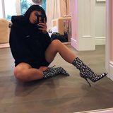 """Der etwas andere Valentinstags-Gruß: Kylie Jenner setzt sich vor dem Wandspiegel auf den Boden, macht ein Selfie und postet dazu """"vday""""."""