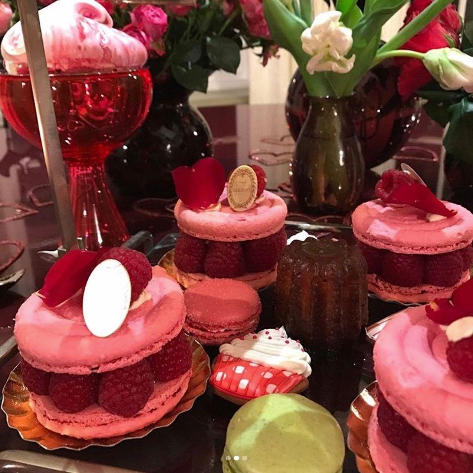 """Bei Schauspielerin Salma Hayek geht die Valentinstags-Liebe eindeutig durch den Magen. """"Happy Valentine's Day"""", postet sie zu ihrem Foto voller süßer Leckereien."""