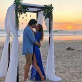 Tom Brady und Ehefrau Gisele Bündchen erfreuen Fans mit einem romantischen Kuss vor einem traumhaften Sonnenuntergang am Strand.
