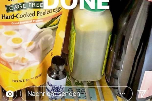 """Michael Michalsky öffnet seinen Kühlschrank und zeigt """"Jungle Juice"""""""