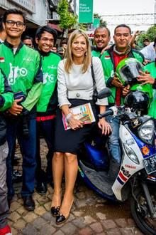 In dem Outfit, das Máxima in Jakarta trägt, lässt sich zwar nicht Roller fahren, dafür aber bestens darauf posieren. Besonders schön: Ihr Taillengürtel mit Schleife und Brosche.