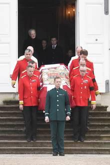 Der Sarg von Prinz Henrik wird am 15. Februar 2018 aus Schloss Fredensborg getragen. In diesem schweren Moment ist Prinz Christian an der Seite seiner Großmutter, Witwe Königin Margrethe. Im Hintergrund sieht man Prinzessin Isabella (l.) und Prinz Vincent (r.)