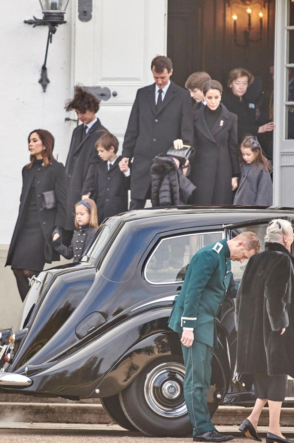 Kronprinzessin Mary mit Prinzessin Josephine, Prinz Nikolai, Prinz Henrik an der Hand von Prinz Joachim, Prinz Felix, Prinzessin Marie mit Prinzessin Athena sind auf dem Weg zur Wagenkolonne, die den Sarg von Prinz Henrik nach Kopenhagen begleitet. Links sieht man Prinz Frederik mit seinen Kindern Isabella und Christian. Am Auto steht Königin Margrethe
