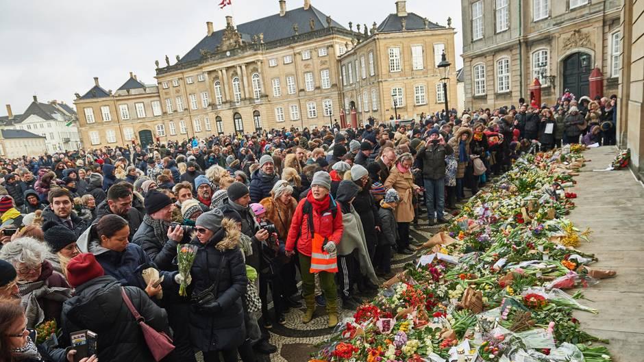 15. Februar 2018  Vor Schloss Fredensborg legen Trauernde Blumen ab.