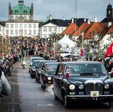 Trauerzug bei der Sargüberführung von Schloss Fredensborg nach Schloss Amalienborg: Die Königsfamilie folgt dem Leichenwagen.