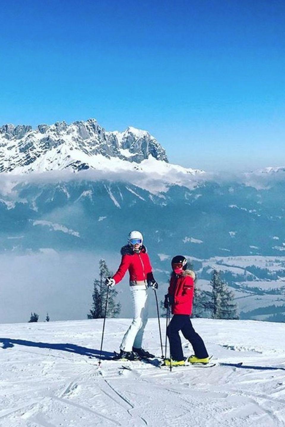 Erkennen Sie diese eingepackten Skifahrer in Signalrot? Sie sind das Topmodel Franziska Knuppe und TochterMathilda.