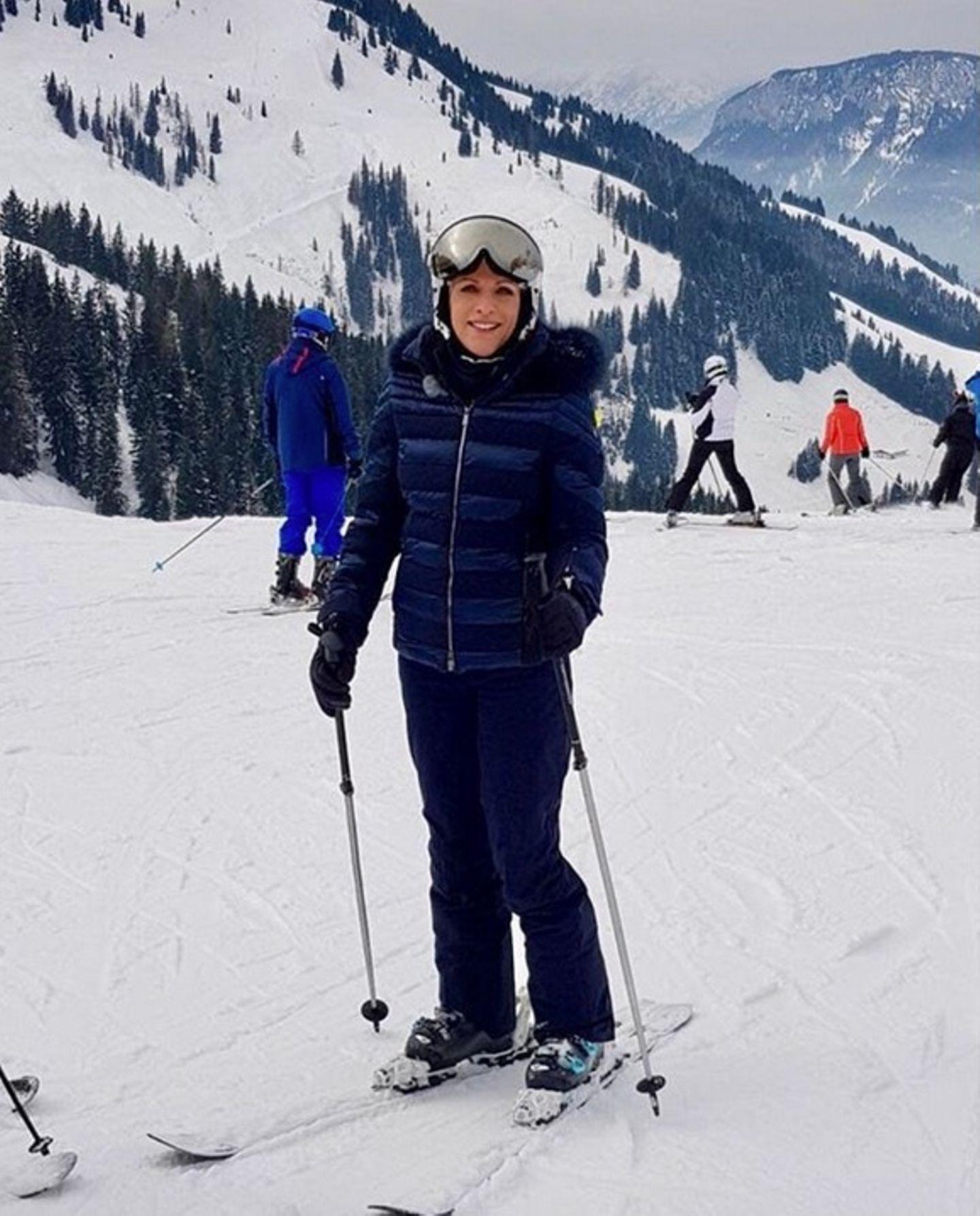 """Birgit Schrowange sendet liebe Karnevalsgrüße aus dem verschneiten Österreich. Scherzend schreibt sie weiter: """"Ich hab mich heute als Skifahrerin verkleidet."""""""
