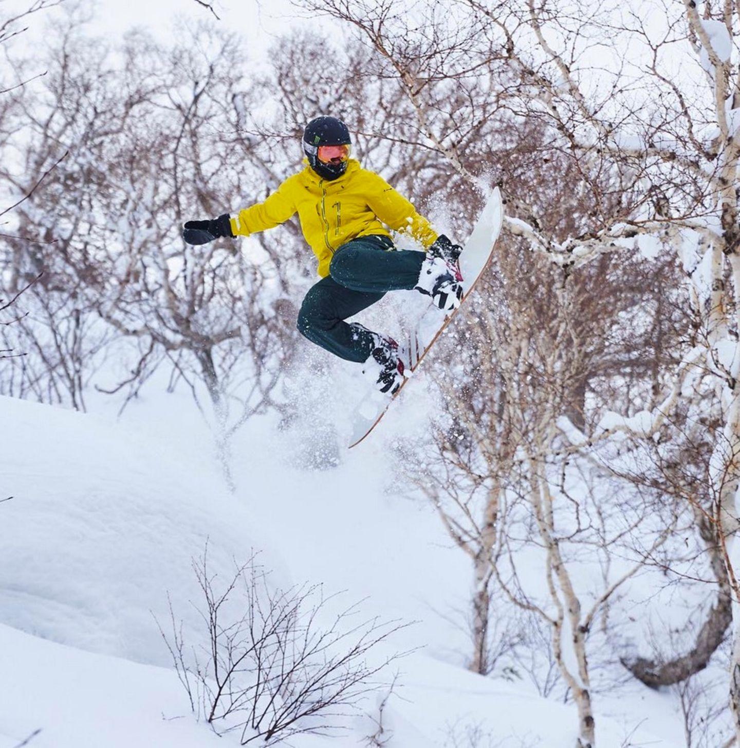 Erkennen Sie, welcher bekannte Sportler hier höchst professionell Snowboard fährt? Es ist Rennfahrer Lewis Hamilton.