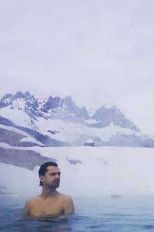 Vor traumhafter Winterlandschaft genießt Jimi Blue Ochsenknecht den Outdoor-Whirlpool in einem Bio-Hotel in Österreich.