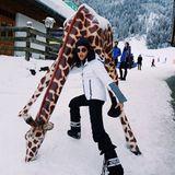Model und Theaterdarstellerin Marie Nasemann hat sichtlich Spaß mit der Giraffe im Schnee von Kitzbühel.