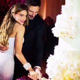 Schauspielerin Sofía Vergara teilt eines ihrer Hochzeitsfotos. Mit Joe Manganiello wird die Torte angeschnitten.