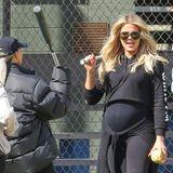 Zusammen mit ihren Schwestern schwingt Khloé Kardashian den Baseball-Schläger. Der Babybauch des Reality-Stars wächst und wächst. Sie erwartet dieses Jahr ihr erstes Kind mit Freund Tristan Thompson - der übrigens professioneller Basketballer ist.