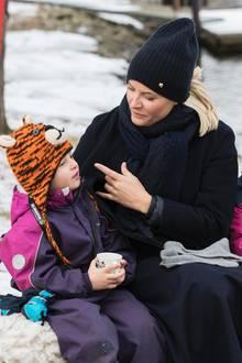 15. Februar 2018  Neidisch auf die Tigermütze, Mette-Marit? Norwegens Kronprinzessin wird inFredrikstad von Kindergartenkindern zu einem Heißgetränk und Plausch eingeladen. Angesichts der eisigen Temperaturen herrscht Mützenpflicht.