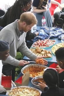 15. Februar 2018  Bei so viel Bewegung wird man natürlich hungrig. Da darf eine leckere Mahlzeit nicht fehlen. Prinz Harry hilft dem Team beim Auffüllen der leckeren Lasagne.