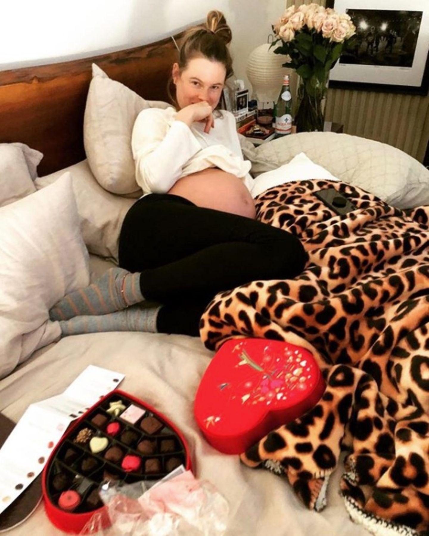"""""""Meine Wildkatze"""", postet Adam Levin scherzend über seine schwangere Frau Behati Prinsloo. Zum Valentinstag hat er ihr leckere Pralinen mitgebracht."""