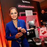 Bei dem Nespresso-Stand kommen die Gäste(hier Nilam Farooq) in den Genuss von Pink Latte.