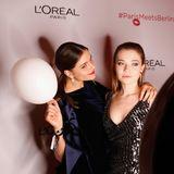 Susan Hoecke und Farina Flebbe erhalten tolle Erinnerungsfotos bei der der Fotobooth-Aktion vonL'Oréal.
