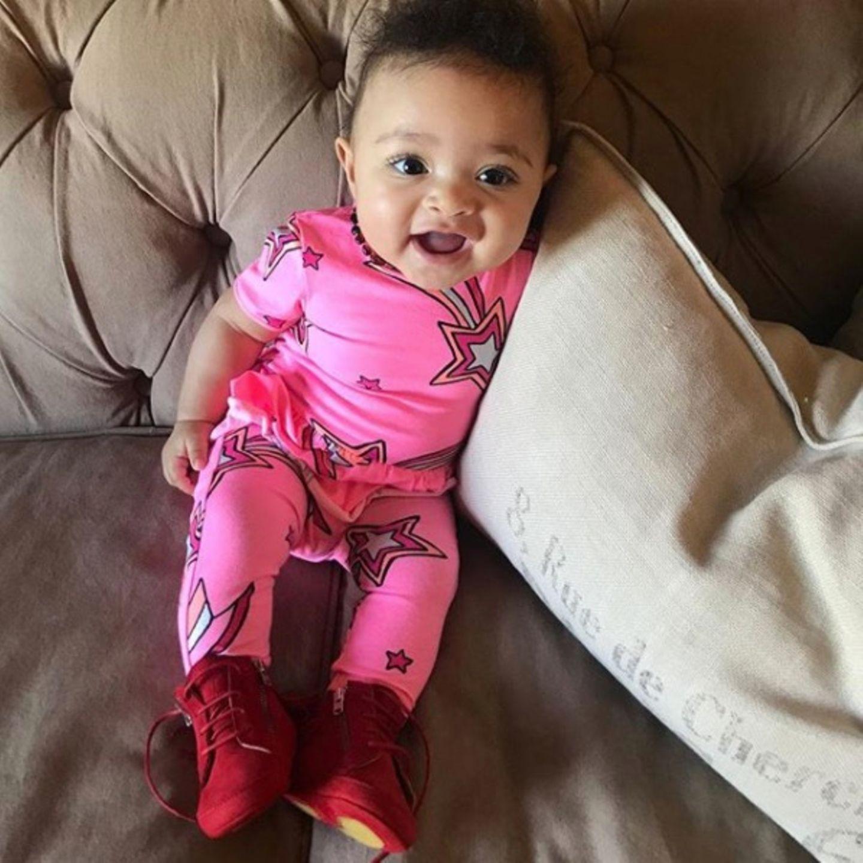 Quietschvergnügt in Quietschfarben: Die kleine Alexis Olympia strahlt in einem neonpinken Kombi-Set, das ihre Mama Serena Williams als 80's-Style bezeichnet.