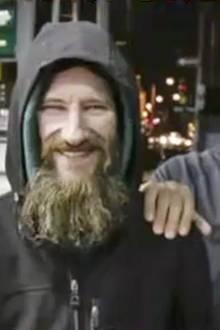 Spendenaktion: Obdachloser gibt ihr sein letztes Geld - so bedankt sie sich