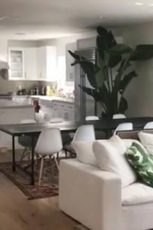 Der Größte Raum In Dem Haus Ist Chiaras Wohn  Und Esszimmer Mit Offener  Küche.