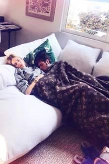 Währen ihrer Schwangerschaft hat Chiara jedoch die weiße Couch in der vorderen Ecke des Zimmer zu ihrem Lieblingsplatz auserkoren. Zusammen mit ihrem Verlobten Fedez kuschelt sie sich hier unter ihre dekadente Wolldecke von Louis Vuitton.