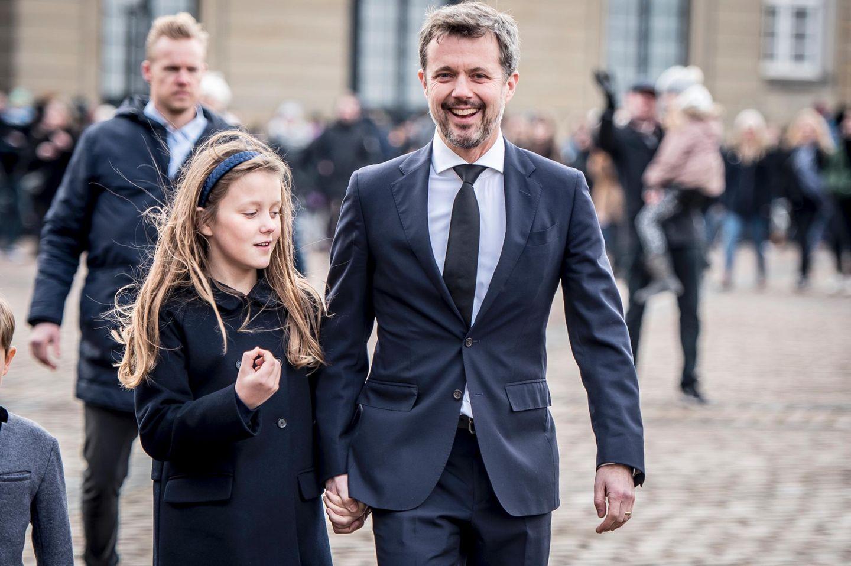 Prinzessin Isabella spendet Prinz Frederik Trost. Vater und Tochter zeigen sich hier am 15. Februar auf Schloss Amalienborg in Kopenhagen