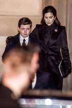 Henriks Enkel Prinz Christian ist sichtlich mitgenommen, seine Mutter Prinzessin Mary legt ihm tröstend die Hand um die Schulter.