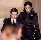 16. Februar  Henriks Enkel Prinz Christian ist sichtlich mitgenommen, seine Mutter Prinzessin Mary legt ihm tröstend die Hand um die Schulter.
