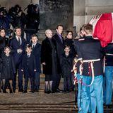 16. Februar  Königin Margrethe steht mit ihren Kindern und Enkeln bereit, um ihren verstorbenen Mann auf seinem letzten Weg zu begleiten.