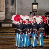 16. Februar  Der Sarg ist in die dänische Flagge gehüllt und wird von der Königlichen Garde getragen.