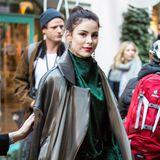 Bei der Eröffnung des L'Oréal Pop-up-Stores in Berlin zog Lena Meyer-Landrut in diesem stylischen Outfit alle Blicke auf sich. Die schöne Sängerin erinnert an einen Streetstyle-Star während der Pariser Modewoche.