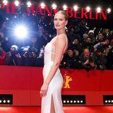 """Der Red Capet vor dem """"Berlinale Palast"""" ist für Toni Garrn ein Heimspiel. Das schöne Model bezaubert in einem gewohnt zurückhaltenden aber dennoch aufregenden, weißen Kleid."""