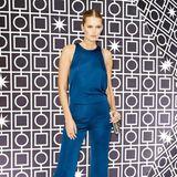"""So sexy kann Seide sein: Toni Garrn trägt auf der Berlinale-Party von """"Bvlgari"""" in einen blauen Overall und hat damit alles richtig gemacht - ein makellos schöner Look."""