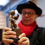 Festivaldirektor Dieter Kosslick präsentiert das Prachtstück der Filmfestspiele: Der Goldene Bär, mit dem am Ende der Berlinale der beste Film ausgezeichnet wird.