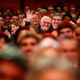 Hallo Herr Bundespräsident!Frank-Walter Steinmeier und seine Frau Elke Büdenbender sitzen bestens gelaunt im Publikum.