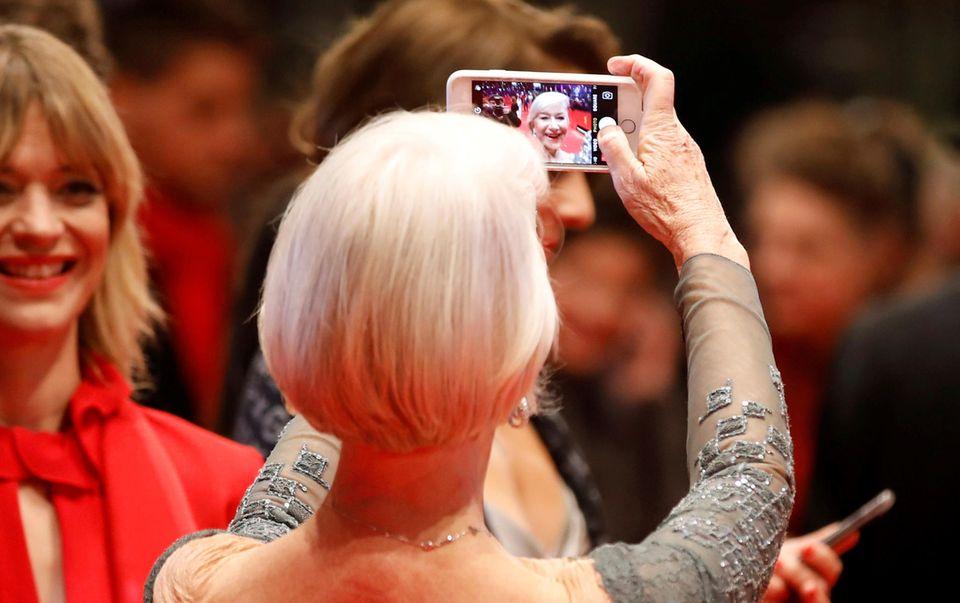 Selfie time! Helen Mirren schießt ein Erinnerungsfoto von sich und Heike Makatsch freut's.