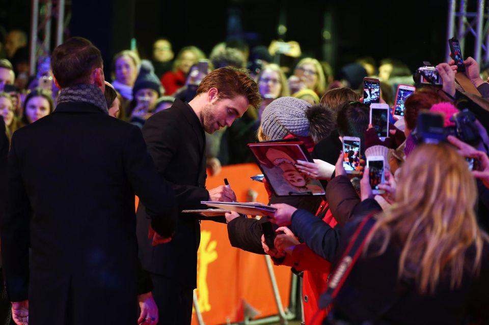 Robert Pattinson nimmt sichauf dem roten Teppich auch Zeit für seine Berliner Fans.