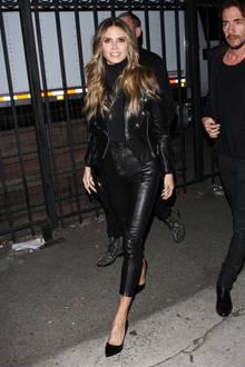 Heidi Klum und ihre beiden GNTM-Jungs sind auf dem Weg zu einer Party in Vernon, Kalifornien. Die Model-Mama trägt eine lässige Leder-Kombi aus Bikerjacke und 7/8-Hose. Dazu kombiniert sie einen schwarzen Rollkragenpullover und farblich abgestimmte Pumps.